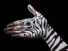 Durch Menschenhand sterben jährlich unzählige Tierarten aus. Um auf die Zerstörung von Natur und Umwelt aufmerksam zu machen, malt Künstler Guido Daniele ...