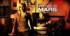 VERONICA MARS La serie muestra la vida de una estudiante que, tras el misterioso asesinato de su mejor amiga, deberá alternar sus estudios con el trabajo a tiempo parcial como detective privado en la agencia de su padre. Todo ello, sin abandonar la investigación del trágico suceso.