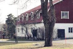 Itse Metsänkylän navetta on varsin kunnioitusta herättävä rakennus! Puutavaraa ja tiiliä saa pihapiirin muista rakennuksista ja myös Domus Classica - perinteisiä tarvikkeita myyvä rautakauppa, löytyy pihapiiristä.