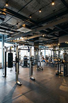 Instalaciones expuestas en techo de planta gym