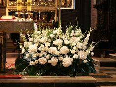 Hortensje w kompozycji na ołtarz – dekoracja Katedry Poznańskiej
