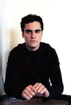 Joaquin Phoenix- I dont believe in god. I dont believe in afterlife. I dont believe in soul. I dont believe in anything. I think its totally right fr people their own beliefs if it makes them happy, but its a pretty preposterous idea Pretty Men, Pretty Boys, Beautiful Men, Beautiful People, Nice Men, Joaquin Phoenix Young, Famous Vegans, River Phoenix, Actrices Hollywood