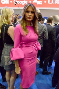Melania pinkissä statement-hihaisessa mekossa maaliskuussa 2016.