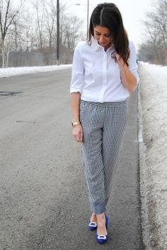Calça pijama, sapato azul e camisa branca