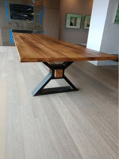 The executive conference table made from recycled oak and .- Der Executive – Konferenztisch aus recycelter Eiche und modernem Industriemetall … The executive conference table made of recycled oak and modern industrial metal - Wood Slab Dining Table, Dining Table Design, Dining Room Table, Wood Table Design, Steel Furniture, Table Furniture, Furniture Design, Furniture Ideas, Cheap Furniture