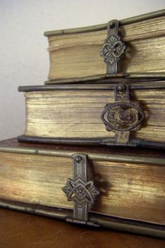 vintage clasps on antique books . idea, what if I used ribbon or leather strips to vintage closures, like belt buckles to wrap around old books? Old Books, Antique Books, Antique Keys, I Love Books, Books To Read, Book Nooks, Reading Nooks, Library Books, Altered Books