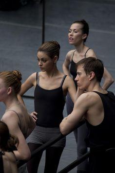 Mila Kunis ballet practicing in Black Swan thinspo Mila Kunis Body, Mila Kunis Style, Ballet Style, Ballet Class, Ballet Dancers, Hip Hop Outfits, Dance Outfits, Party Outfits, Black Swan Film
