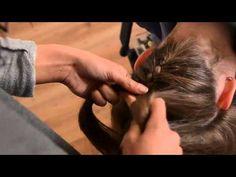 Vlechten & invlechten haar; Tips leren diverse soorten vlechten en voorbeelden om te maken bij kind. Van kort haar, 2 vlechtjes maken, bovenop het hoofd maar ook visgraat, waterval, zijkant, knot, schuine vlecht. Guy, Hair Cuts, About Me Blog, Hair Beauty, Hair Styles, Improve Yourself, Girl Hairstyles, Funny Hairstyles, Medium Length Cuts