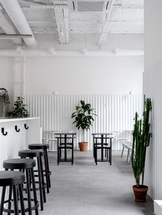 This beautifully minimal coffee shop Bloom-n-Brew is located in Moscow, Russia and is designed by Asketik. The coffee shop is located in an old factory building, so the design team has used materials similar to those that were used in … Continue reading → Cozy Coffee Shop, Coffee Shop Design, Coffee Shops, Coffee Lovers, Coffee Shop Aesthetic, Cafe Interior Design, Interior Shop, White Cafe, Covent Garden