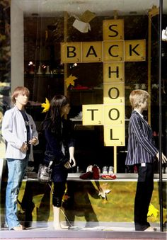 montra - back to school, pinned by Ton van der Veer Back To School Window Display, Back To School Displays, Window Display Retail, Visual Display, Display Design, Store Design, Display Ideas, Store Front Windows, Retail Windows
