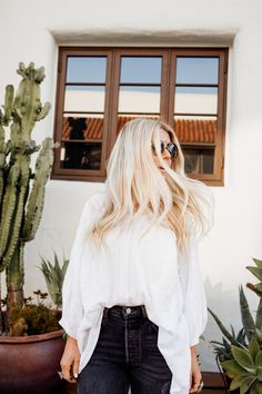 lisa allen of salty lashes wearing a white free people tunic with black levi's, free people platforms and wild fox sunglasses Blonde Natural Hair, Blonde Hair, Natural Hair Styles, White Tops, Black Tops, Lisa Allen, Black Levis, White Converse, Summer Maxi