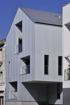 Garo Boixel Architects: 15 Wohnungen in Nantes – Blech Metal Facade, Metal Cladding, Metal Siding, Architecture Design, Tin House, Brown House, Exterior Makeover, Corrugated Metal, Dream House Exterior