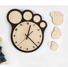 Credit to DM if you are the Owner. Clock Art, Diy Clock, Clock Decor, Unusual Clocks, Cool Clocks, Diy Arts And Crafts, Wood Crafts, Wall Clock Wooden, Living Room Clocks