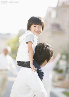 骑在肩膀上的小男孩摄影图__人物摄影_人物图库_摄影图库_昵图网nipic.com