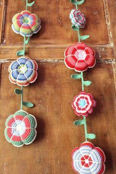 Crochet flower garland.. love it!  http://tamiesnow.typepad.com/roxycraft/