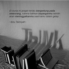 Di dunia ini jangan terlalu bergantung kepada seseorang karena bahkan bayanganmu sendiri akan meninggalkanmu saat kamu dalam gelap. . Ibnu Taimiyah. .