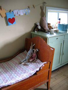Lijkt veel op het bed dat we voor Marenne hebben gekocht! En weer de mooie kleur blauwgroen van het kastje