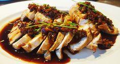 Heerlijke gerookte kip met sesamolie en bos-uitjes is een ideale toevoeging aan een hoofdmaal. Het roken van de kip geeft dit gerecht een unieke smaak.
