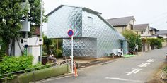 Casa japonesa ganha revestimento de metal