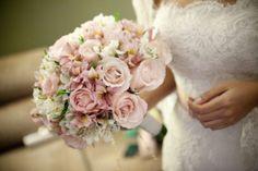buque de noiva com rosas astromelios e lisiantos