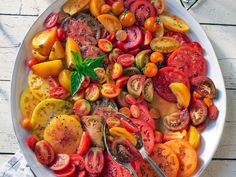 When you're entertaining in the summer, this tomato salad is an absolute must-do. It doesn't take more than salt to make these beauties s. Cooking 101, Cooking Light, Cooking Recipes, Healthy Recipes, 400 Calorie Dinner, Clean Eating Recipes, Healthy Eating, Tomato Salad Recipes, Image Healthy Food