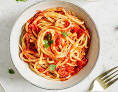 Variť sa dá aj bez množstva špinavého riadu. Spaghetti, Ethnic Recipes, Food, Alcohol, Essen, Meals, Yemek, Noodle, Eten