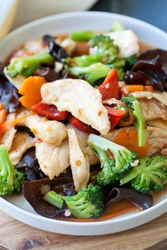 Hunan chicken is a tasty Chinese chicken dish with broccoli, peppers in a spicy Hunan sauce
