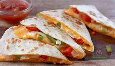 Превосходная мексиканская кесадилья, приготовленная по вегетарианскому рецепту со свежими овощами и тёртым сыром имеет богатый и чудесный аромат