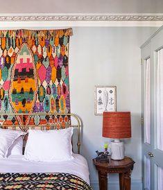 Une maison traditionnelle victorienne se désembourgeoise à coup de couleurs fortes et de tapis ethniques.