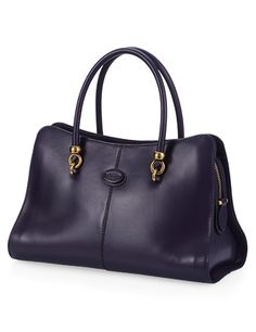 A sophisticated and feminine design combined with impeccable taste and saddlery-inspired detailing are the main features of the brand new Tod's Sella bag. Thin leather body, slightly curved and inspired to the shapes of dressage saddles, with refined metal detailing that recall the horse-riding world, contrast-coloured piping, double handles and detachable shoulder strap. An essential style passe-partout.