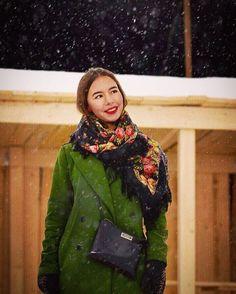 Des châles en soie et des foulards en laine 100% russe traditionnels ! Modest Fashion, Boho Fashion, Winter Fashion, Fashion Show, Womens Fashion, Russian Beauty, Russian Fashion, Style Russe, Winter Trench Coat