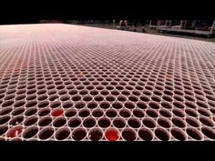To raise awareness among the general public about the global clean water crisis, the artist Belo created an image composed of cups of rainwater. Cup Art, Blown Away, Gif Of The Day, Canal E, Cool Artwork, Amazing Artwork, Installation Art, Worlds Largest, Street Art