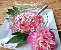 Dulceata de bujori este incredibil de parfumata si delicata, varianta perfecta pentru binecunoscuta dulceata de trandafiri; info despre florile comestibile. Canning Recipes, My Recipes, Favorite Recipes, Canning Vegetables, Romanian Food, Romanian Recipes, Meals In A Jar, Pastry Cake, Fermented Foods