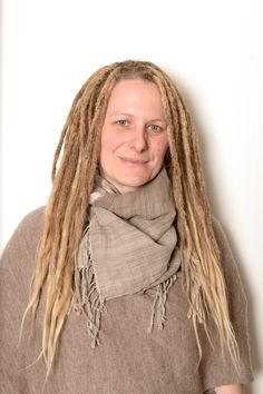 This is Jessica, about one year ago I started her dreadlock journey, she has very typical scandinavian fine hair so going with thin dreadlocks is important. (yes addapting your dreadlocks after what your own hair is the right way to go) Her dreads are her own hair and human hair extensions. This last week I did the top of her hair that she had loose for the first part of her dreadlock journey.