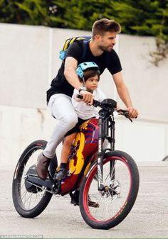 Gerard Piqué e Milan passeiam de bicicleta