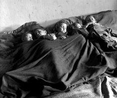 David Seymour. Vienna, after the war, 1948. Willy Ronis, Marc Riboud, Henri Cartier Bresson, Guernica, Robert Doisneau, Kids Photography Boys, Love Photography, Bellevue Hospital, Orphan Girl