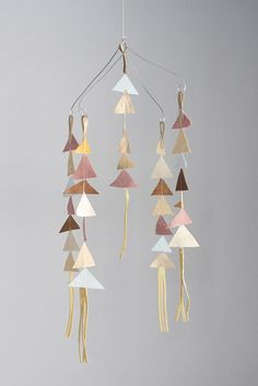69 artful DIY ideas as proof that hanging mobiles are timeless - Decoration Solutions Hanging Mobile, Diy Hanging, Paper Mobile, Crea Cuir, Baby Mobile, Cot Mobile, Idee Diy, Creation Couture, Decoration