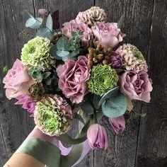 Сегодня букет дня собран из невероятных ранункулюсов помпон, сиреневых тюльпанов и роз. Букет подвязан шелковыми лентами и бережно упакован в крафт. 2500р + доставка. #flowerspacemoscow #доставкацветовмосква #ранункулюс #цветы #нежныйбукет #vsco #vscomoscow #silkribbon #букетдня