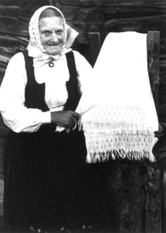 DigitaltMuseum - Skjåk, Oppland 1941. Guro Breiskriden viser håndkle med sprang-bord.