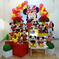 Lindíssima festa no tema Minnie Vermelha!  Credito: @alinemimosdeflor  #Festainfantil #FestaMinnieVermelha #MinnieVermelha #Minnie #Vermelha #FestaMenina Mickey Y Minnie, Mickey Party, Mickey Mouse Party Decorations, Baby Shower Decorations, Baby Boy Cookies, Shark Party, Neon Party, Mickey Mouse Birthday, Mouse Parties