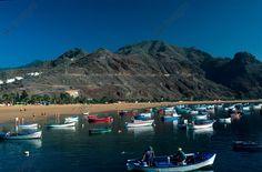 Ténérife (îles Canaries, Espagne), plage de Las Teresitas. Bateaux de pêcheurs.