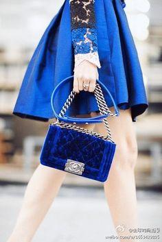 这个丝绒蓝的chanel包包真是美翻天.....