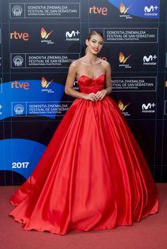 Jessica Goicoechea eligió un vestido rojo palabra de honor lleno de vuelo, de Ze García.