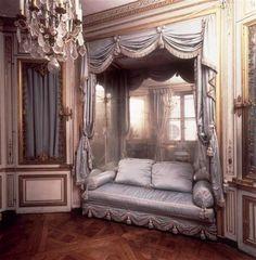Cabinet de la Méridienne, as it was in Marie-Antoinette's era Versailles Marie Antoinette, Chateau Versailles, Palace Of Versailles, French Interior, Interior Design, Gothic Interior, Purple Interior, Boudoir, Built In Daybed