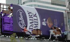 adburry, société britannique appartenant à Kraft Foods, a voulu montrer le coté irrésistible de son chocolat mis en scène par des mannequins entamant la tablette géante.