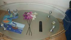 Wohnzimmertisch, Kommunionskarten, Blumen, Glastisch