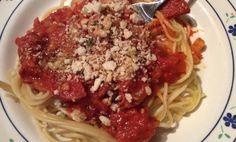 Spaghetti met venkel en salami. Bestrooid met geroosterde broodkruimel. Een ware smaakexplosie.