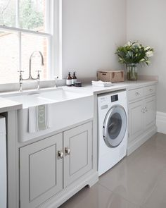A luxury bespoke kitchen project by Humphrey Munson including utility room, boot room and dining room in picturesque Theydon Bois. Mudroom Laundry Room, Laundry Room Design, Laundry Area, Boot Room Utility, Utility Sink, Lava E Seca, Utility Room Designs, Belfast Sink, Laundry Room Inspiration