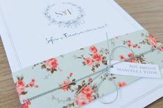 Convite de casamento romântico com estampa de florzinhas, monograma fofo com coração feito pela Tem amor no papel.