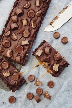 This tart with caramel and Center Chocolates is sooo good and it's inspired by the coolest Frida .Try the recipe here: